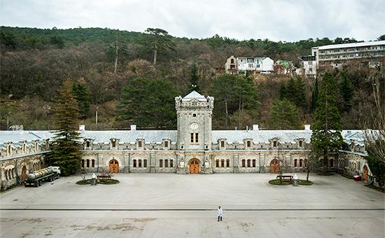 Старое здание основного комплекса винодельческого комбината «Массандра» вКрыму