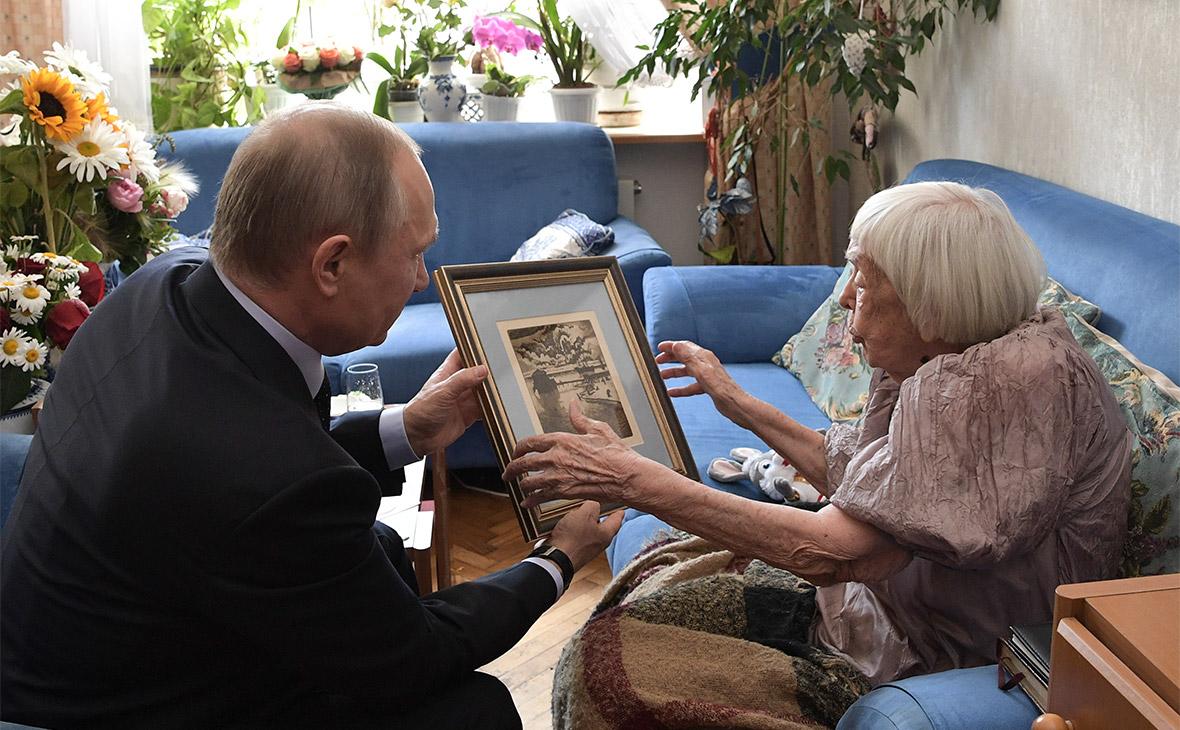 Путин поздравил правозащитницу Алексееву гравюрой с изображением Крыма