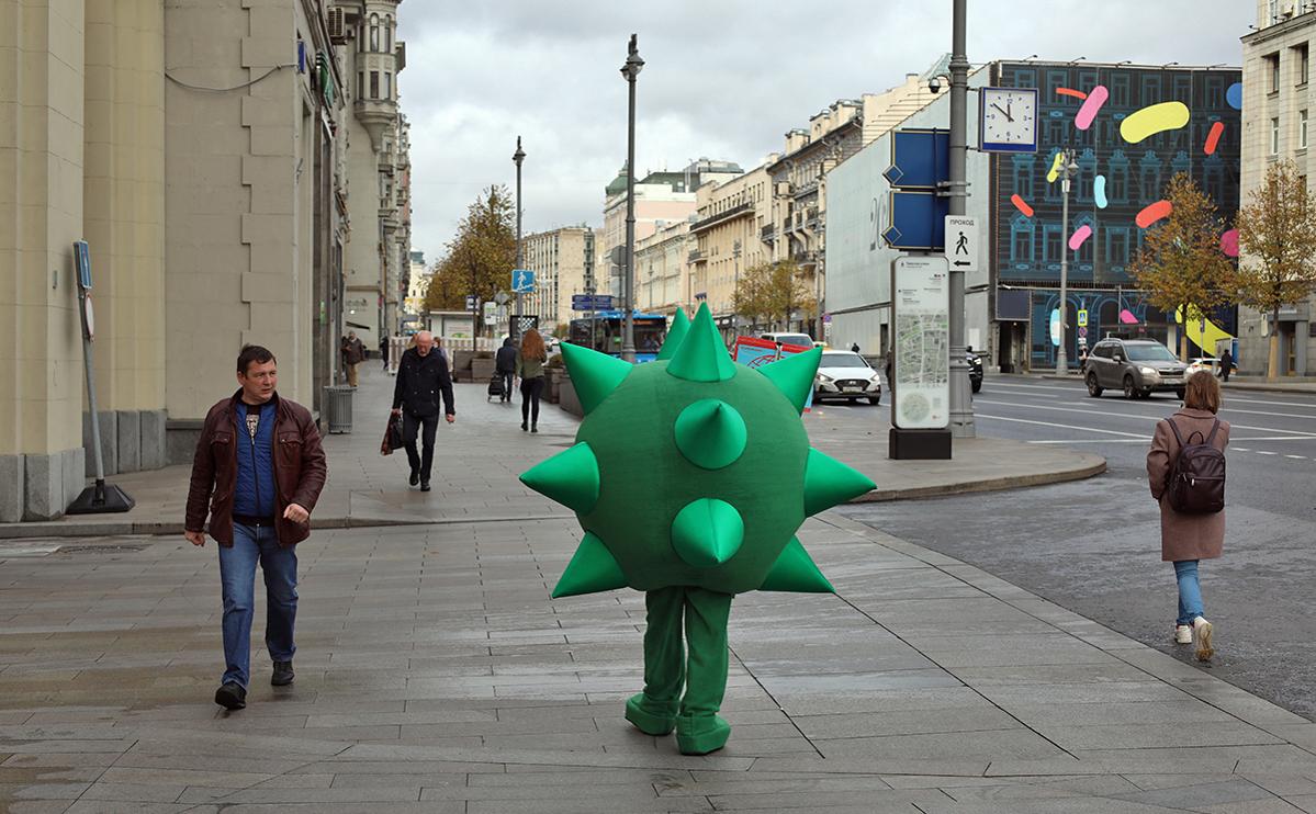 Человек в костюме вируса гриппа в Москве