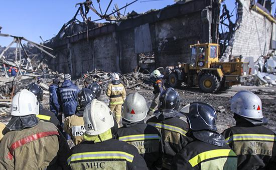 Спасатели на месте разбора завалов после пожара в торговом центре «Адмирал»