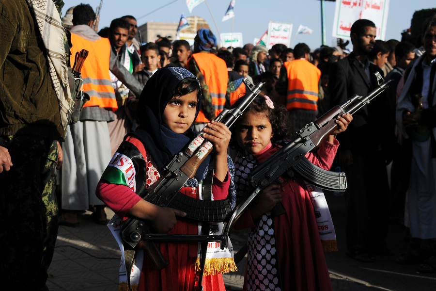 После выступления Трампа десятки тысяч человек собрались на митинг в столице Йемена Сане. Протестующие размахивали йеменскими и палестинскими флагами и скандировали антиамериканские лозунги.