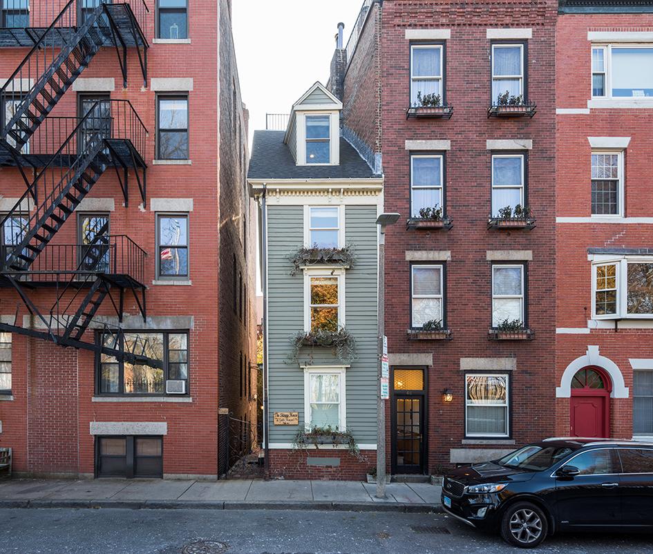 Бледно-зеленый дом на Халл-стрит называют самым узким зданием Бостона