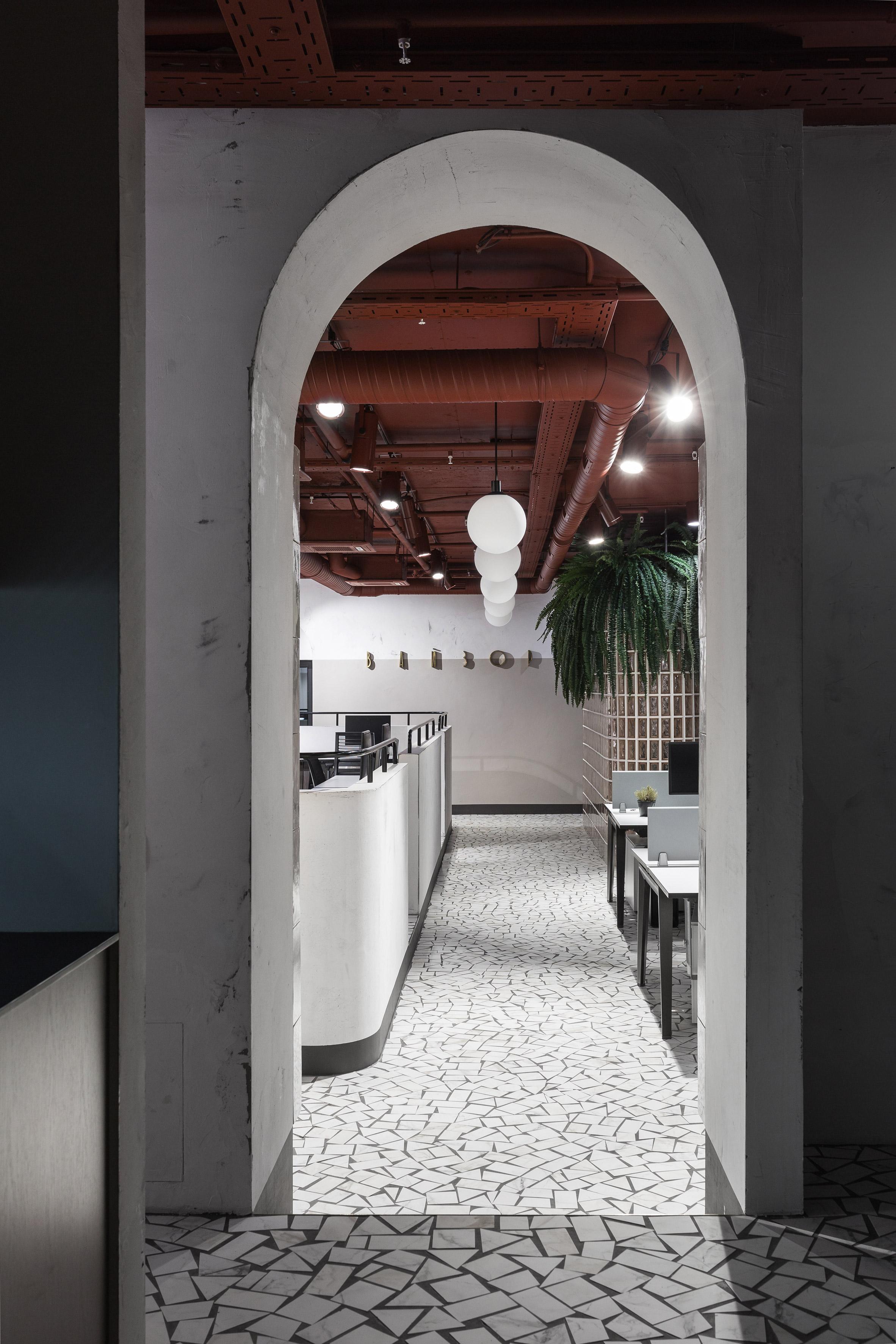 О модернистской архитектуре, в окружении которой находится офисVizor Interactive, напоминают оригинальные бетонные конструкции
