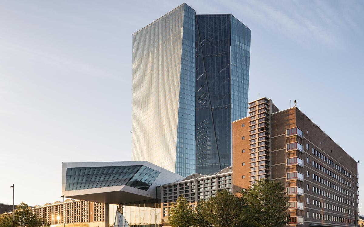 16. Штаб-квартира Европейского центрального банка   Франкфурт-на-Майне, Германия Стоимость строительства: $1,57 млрд     Самым дорогим сооружением Европы оказалось здание Центробанка, на возведение которого потратили более $1,5 млрд. Перед началом работ строителям пришлось разрушить огромный крытый рынок Гросмарктхалле, обслуживавший весь Франкфурт-на-Майне. Теперь здесь расположены два небоскреба, выполненных в стиле деконструктивизма. Башни высотой 184 м и 165 м достроили в 2015 году; в них работают более 2 тыс. сотрудников.