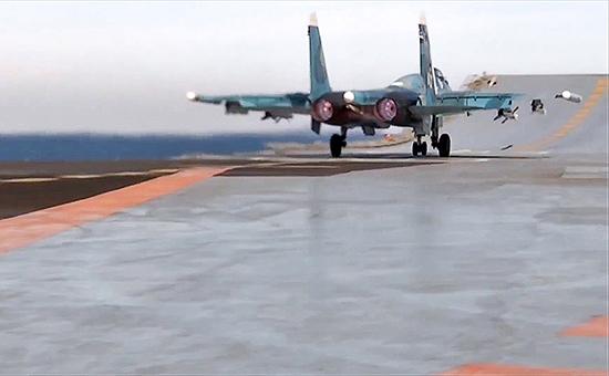 Истребитель Су-33 вовремя боевого вылета спалубы тяжелого авианесущего крейсера «Адмирал Кузнецов».15 ноября 2016 года
