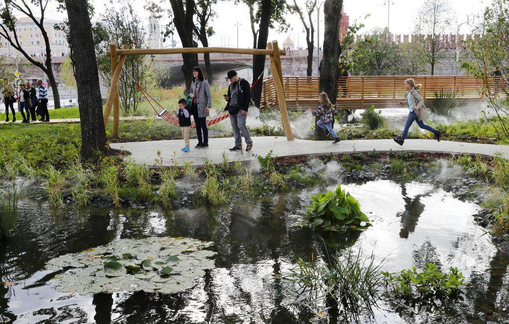 Как сообщили в пресс-службе мэрии Москвы, в выходные, 9 и 10 сентября, парк «Зарядье» можно будет посетить только по приглашениям. Свободный вход в него будет открыт с 11 сентября
