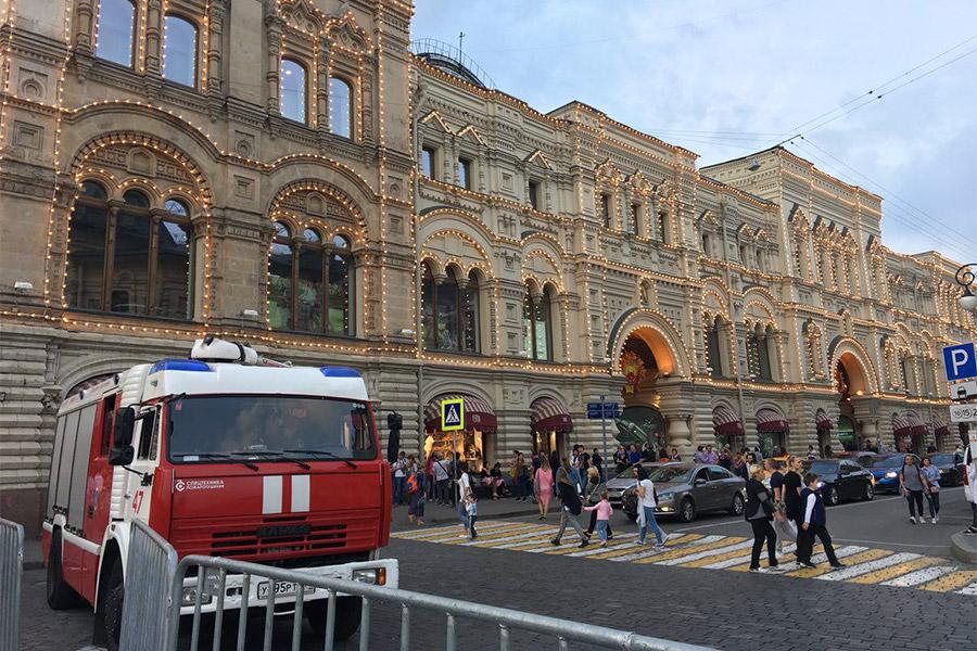 Массовые сообщения об эвакуации в Москве начали поступать в экстренные службы во второй половине дня 13 сентября. Всего, по различным данным, таких звонков было от 20 до 40.  Из-за эвакуации была приостановлена работа ГУМа.