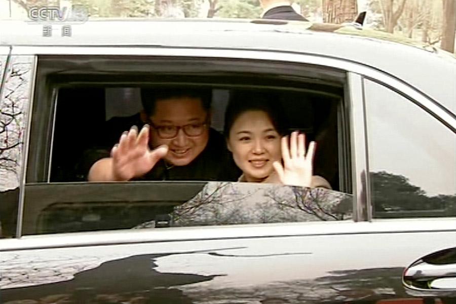 Визит лидера КНДР Ким Чен Ына в Китай стал его первым выездом за рубеж с момента прихода к власти в 2011 году. Поводом для поездки в Пекин стало переизбрание Си Цзиньпина на пост председателя КНР.