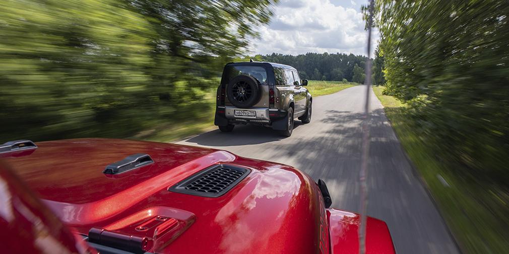 Шансов уйти от этой погони у базового «Дефендера» нет никаких: до сотни он разгоняется за 10,3 секунды, в то время как «Рэнглеру» нужно 7,6. Но в арсенале Land Rover уже есть трехлитровая версия на 400 лошадиных сил, а скоро подоспеет и совсем безумный «Деф» с компрессорным 525-сильным V8. И это будет сущее безумие