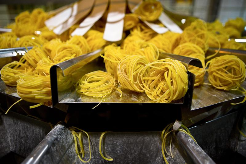 Спагетти и паста   Причина:неурожай пшеницы твердых сортов в Канаде и США    По сообщениям Bloomberg, в этом году в мире могут собрать минимальное за последние 13 лет количество пшеницы твердых сортов, которую используют при изготовлении традиционных итальянских блюд – паст и спагетти. Всему виной неурожай, вызванный проливными дождями в Канаде и засухой в США, где производится почти 40% мирового объема этих зерновых. Экспортные цены на пшеницу твердых сортов в Канаде выросли с начала года вдвое – на 31 октября, по данным правительства Канады, стоимость тонны пшеницы достигла 560 канадских долларов ($500). «Пшеница твердых сортов содержит большое количество глютена, который предотвращает спагетти и пасту от разваривания. Поэтому в их изготовлении используется только этот сорт зерна», – рассказал Bloomberg Патрик Рейган, председатель правления «Национальной ассоциации производителей пасты США».    Мировые цены на спагетти и пасту уже выросли. Так, потребители в США вынуждены платить на 6,9% больше, чем в начале года – в августе цена приблизилась к рекордным $1,4 за 450 г, сообщает Bloomberg со ссылкой на данные правительства. В России спагетти и паста – в основном импортного производства: в прошлом году, по оценкам Intesco Research Group, в страну ввезли около 67 000 т макарон без начинки. В этом году импорт вырастет на 9%, до 70 000 т, прикидывает руководитель отдела маркетинговых исследований Intesco Research Group Юлия Шпонкина, в стоимостном выражении прирост будет более существенным – 11% по сравнению с 2013 годом.