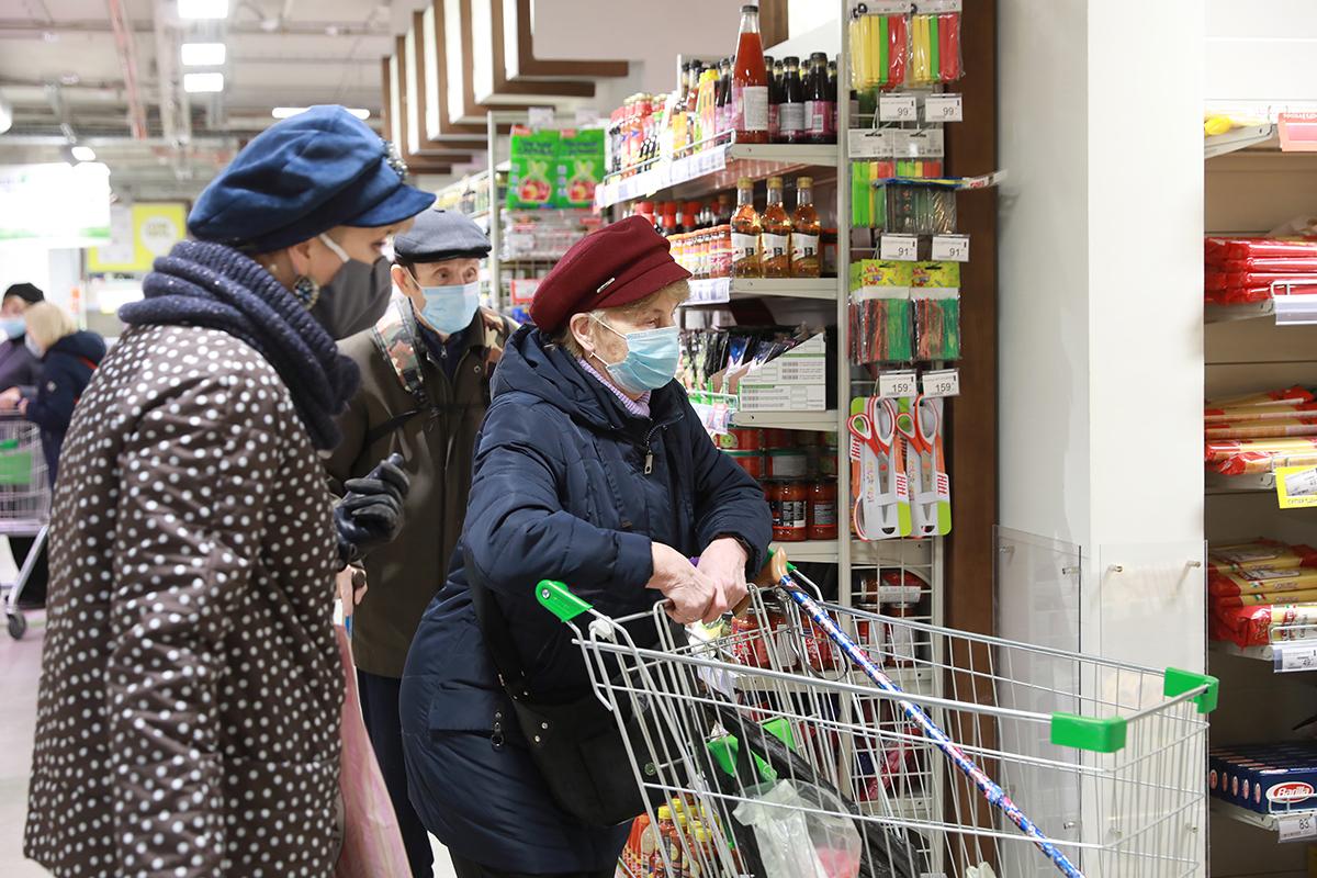 Россия. Санкт-Петербург. Покупатели в одном из магазинов города во время пандемии коронавируса COVID-19