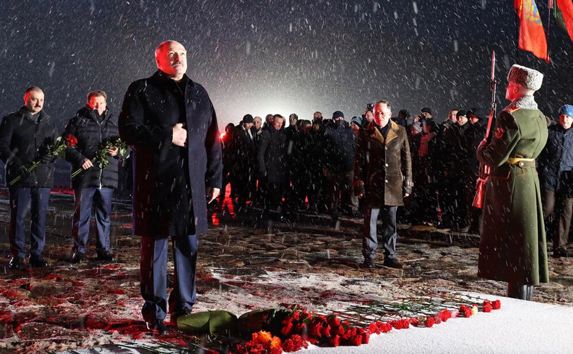 Александр Лукашенко (третий слева)