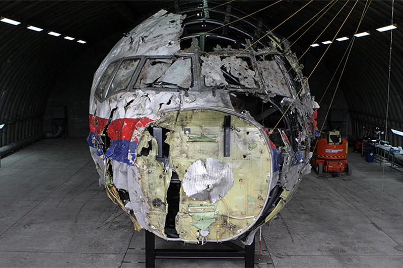Собранный почастям фюзеляж разбившегося Boeing 777 малайзийской авиакомпании Malaysia Airlines