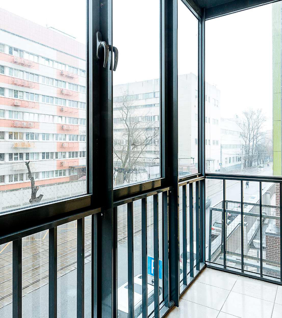 Балконы вквартирах оборудованы стеклопакетами, а наполу уложена керамическая плитка