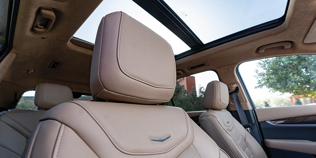 Среди позиций стандартного оснащения есть панорамный люк, электроприводы регулировок рулевой колонки, функия памяти для водительского кресла, амбиентная подсветка передней панели и дверей, ионизатор воздуха.