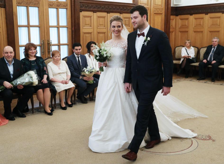 Молодожены во время церемонии заключения брака