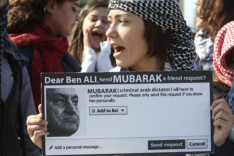 Twitter, Facebook  Египет, Тунис, 2011 год  Facebook и Twitter широко использовали жители Туниса и Египта, свергнувшие президентов своих стран в 2011 году. Как написал в Twitter один из организаторов акций в Египте, «мы применяем Facebook для планирования протестов, Twitter для их координации и YouTube для общения с миром». Власти арабских и других стран мира быстро осознали важность социальных сетей в организации протестов и начали их мониторить – или вовсе запрещать.