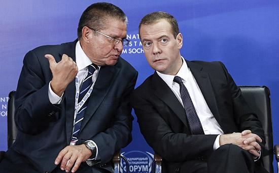 Министр экономического развития России Алексей Улюкаев и премьер-министр Дмитрий Медведев (слева направо)