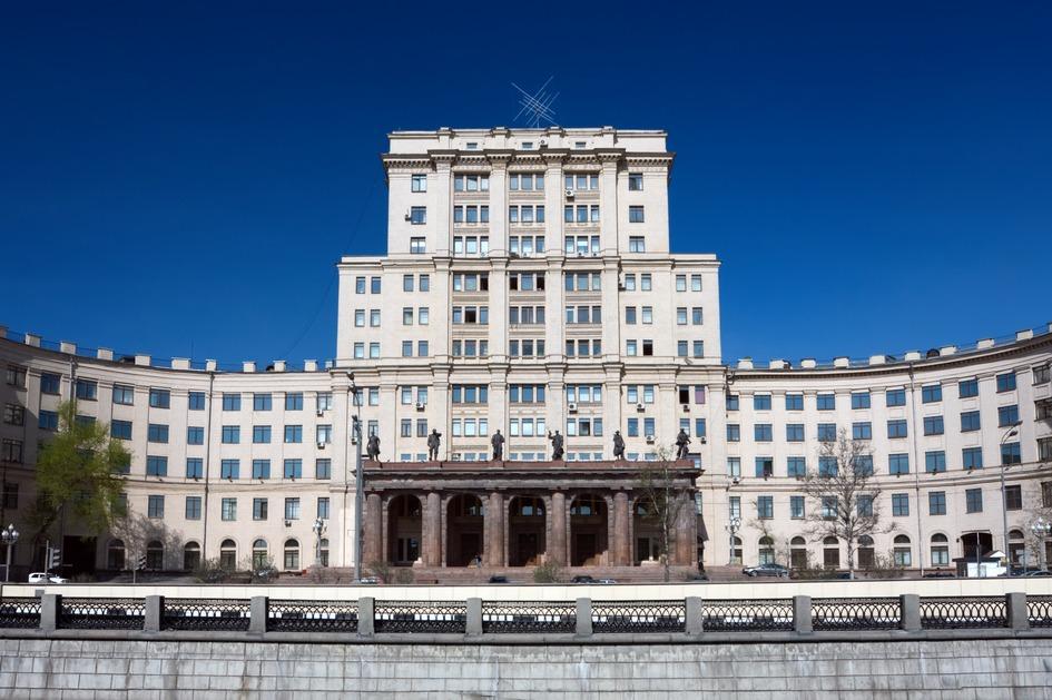 Вид на здание МГТУ им. Баумана на Лефортовской набережной на реке Яузе