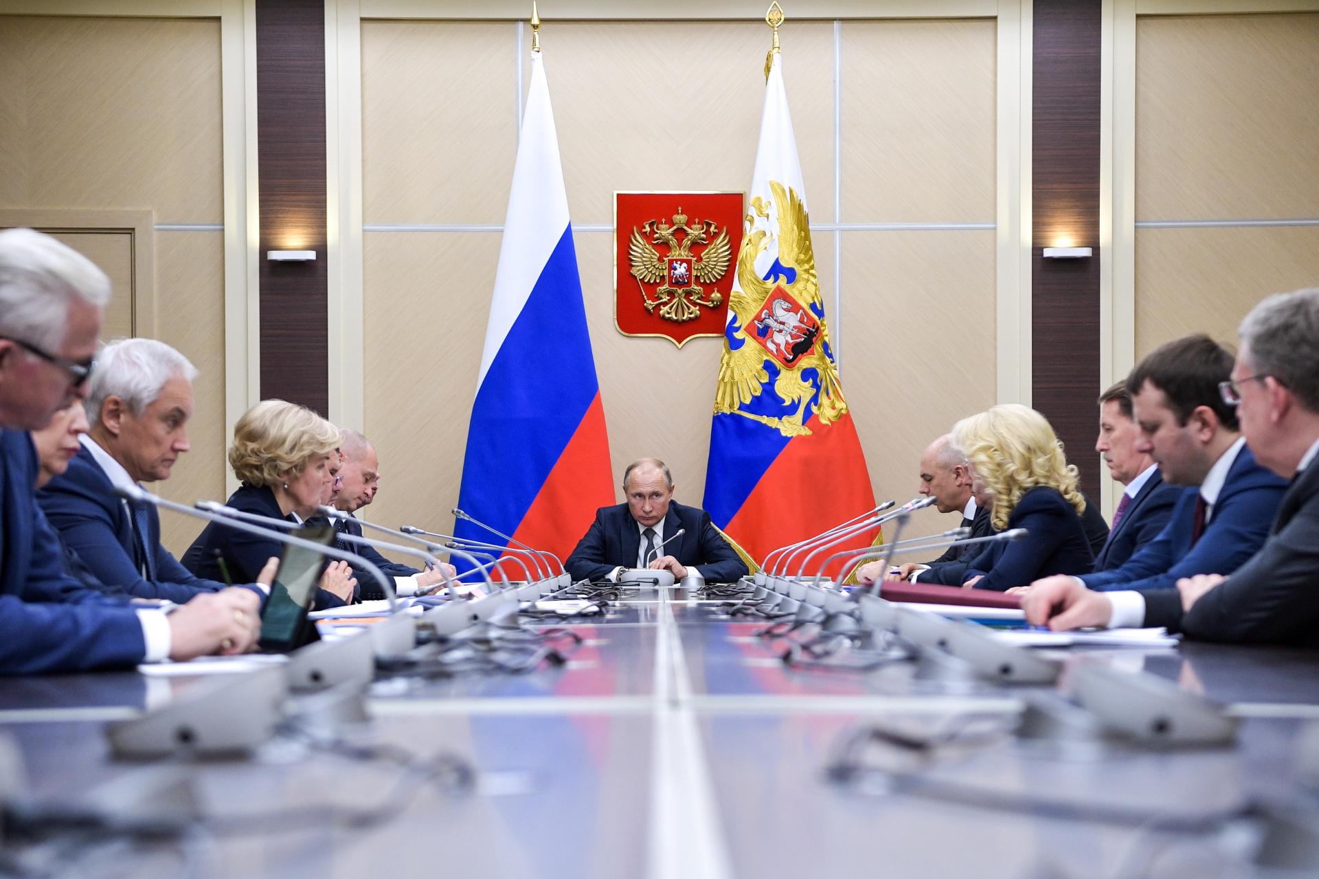Владимир Путин (в центре) на совещании с членами правительства РФ в резиденции Ново-Огарево