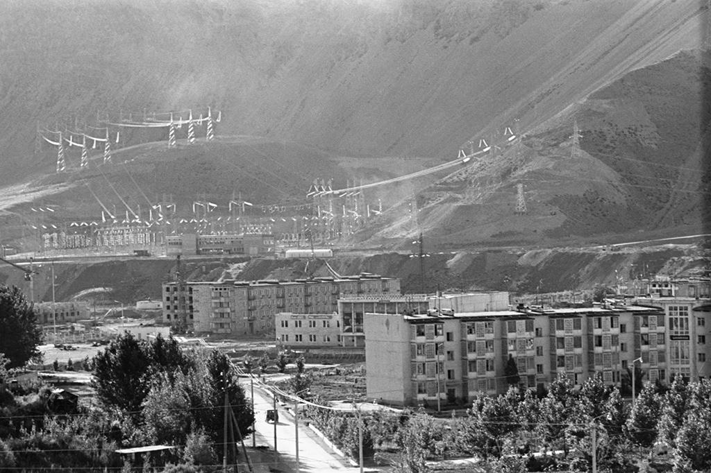 Поселок строителей линии электропередачи Кара-Куль, откудаберет начало высокогорная ЛЭП-500 Токтогульская ГЭС—Фрунзе, Киргизская ССР