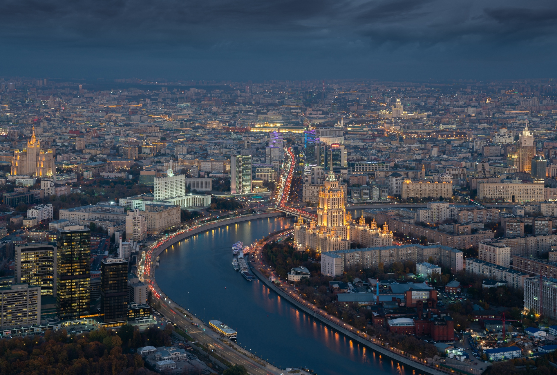 Сейчас минимальная цена квартиры в сталинских высотках составляет 21,5 млн руб. Во столько потенциальному покупателю обойдется квартира в жилой части гостиницы «Украина» площадью 35 кв. м (данные Savills). На фото: вид на высотку гостиницы «Украина»