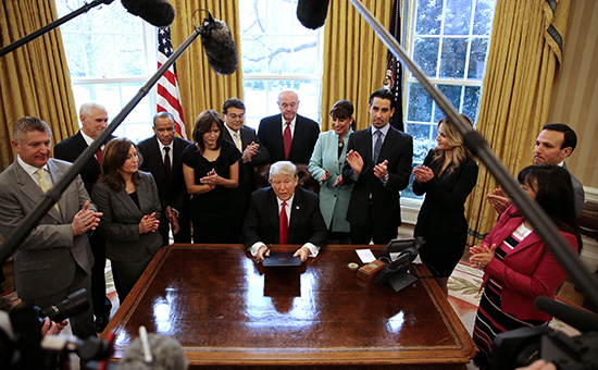 Дональд Трамп в Овальном кабинете