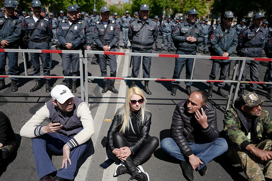 Массовая акция протеста началась в столице Армении в понедельник утром. Представители оппозиции заблокировали несколько улиц и перекрестков в центре Еревана.