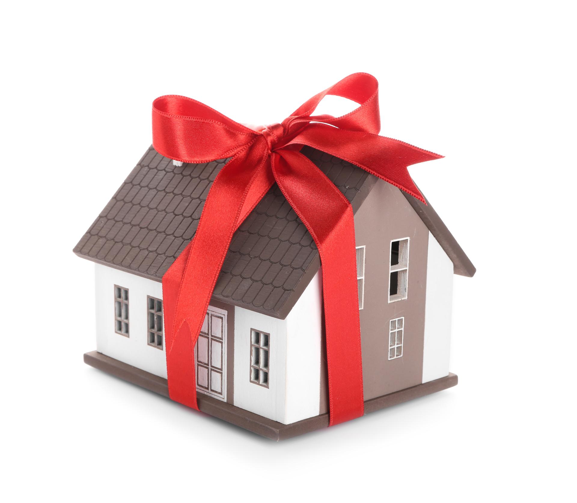 После перехода права собственности на квартиру к одаряемому он несет бремя содержания этого имущества и может распоряжаться им по своему усмотрению