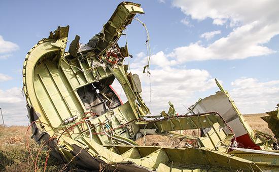 """Обломки на месте падения пассажирского самолета """"Малайзийских авиалиний"""" Boeing 777, следовавшего по маршруту """"Амстердам - Куала-Лумпур"""", в районе села Грабово"""