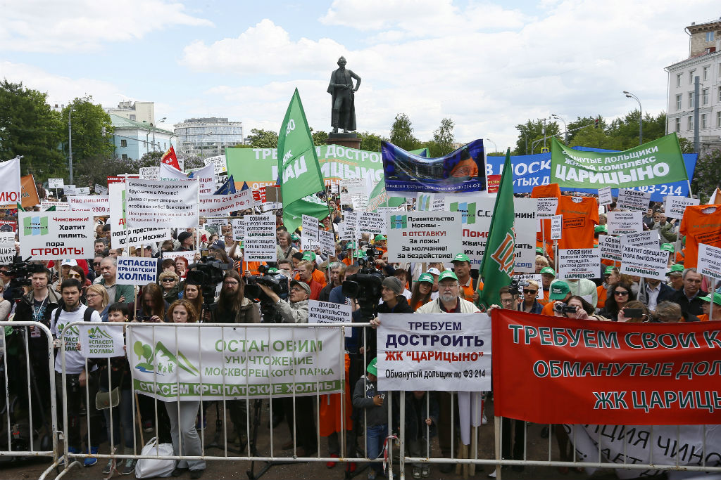 Участники акции «За права москвичей» наСуворовской площади 27 мая