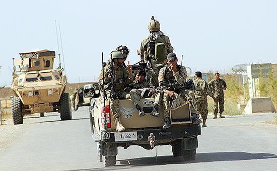 Солдаты афганской национальной армии во время подготовки к спецоперации на окраине городаКундуз