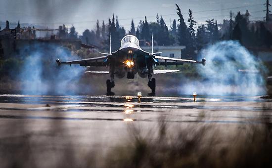 Посадка многофункционального истребителя-бомбардировщика Су-34 на аэродром авиабазы Хмеймим в Сирии