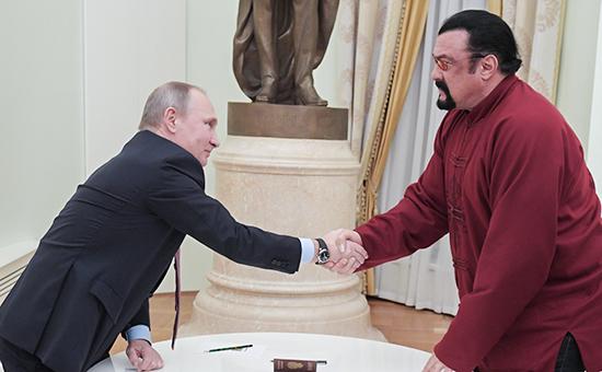 Президент России Владимир Путин вручил российский паспорт американскому актеру Стивену Сигалу