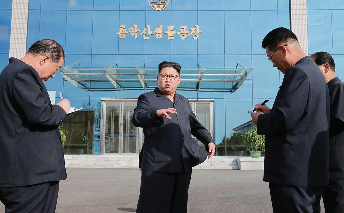 Лидер Северной КореиКим Чен Ын (в центре)