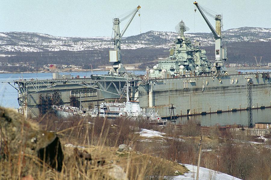 Атомный ракетный крейсер «Петр Великий» на ремонте в доке судоремонтного завода в поселке Росляково
