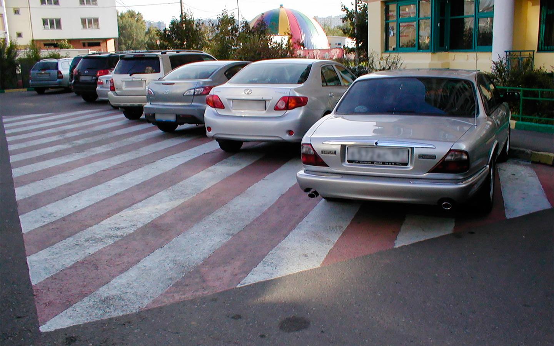 <p>Вопрос дворовой парковки актуален особенно для спальных районов, в которых очень часто количество машин превышает количество парковочных мест, и жители вынуждены преграждать путь своими машинами.</p>