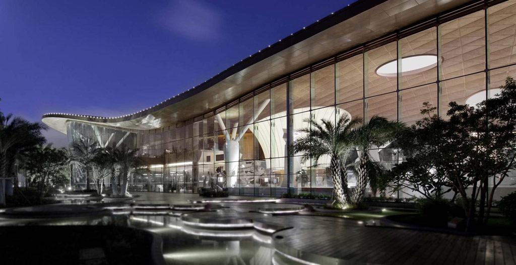 Арт-центр Lotus Square тайваньского архитектурного бюро DaE international design career, расположенный в центральном парке города Чжухай, стал одним из призеров в категории «Дизайн выставок и интерьеров»