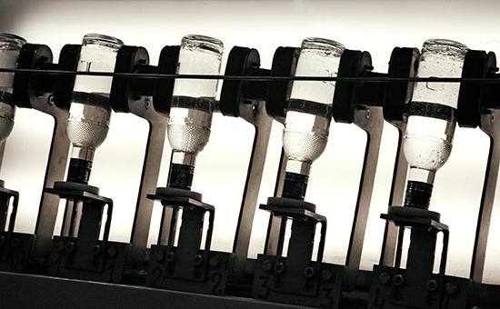 Линия розлива водки на заводе по производству алкогольной продукции