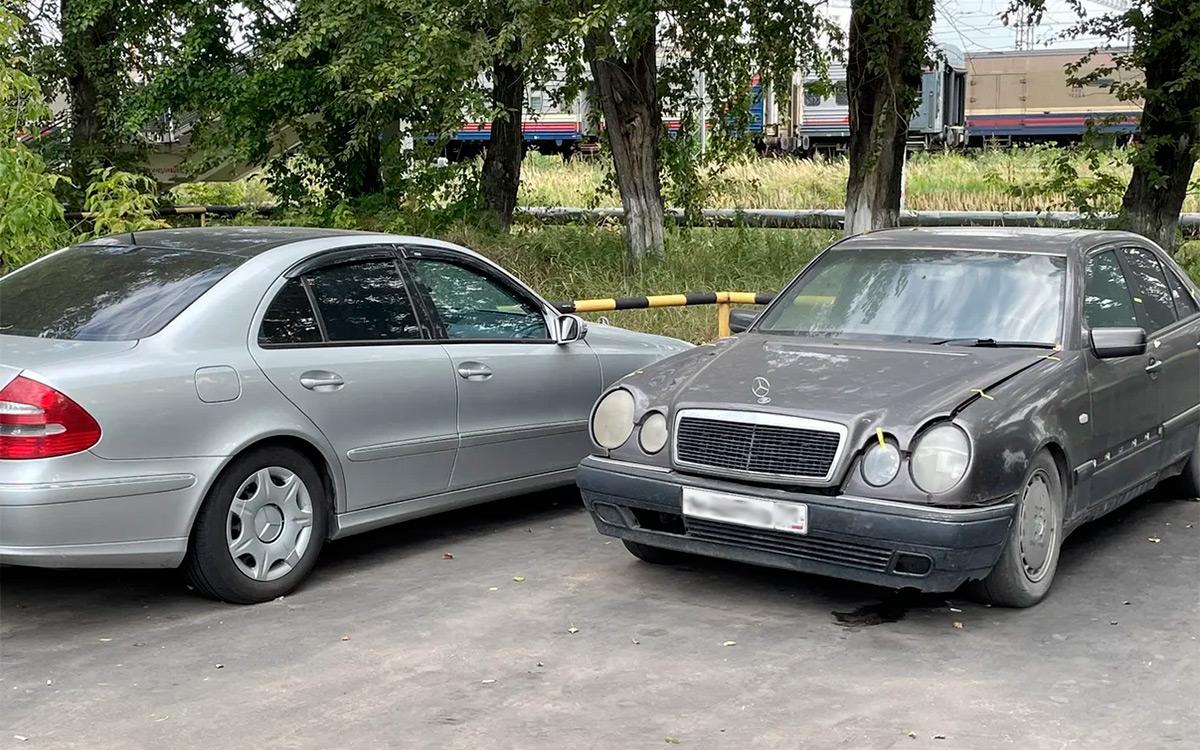 <p>В процессе беседы мы проходим по рядам, где стоят несколько старых машин Mercedes родом из 90-хх. Сотрудники во время съемки просят замазать номера, чтобы информацией не воспользовались мошенники и не начали предлагать разные махинации, чтобы вызволить автомобили со спецстоянки.</p>