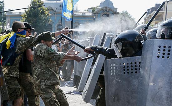 Участники протестных акций у здания Верховной рады вКиеве
