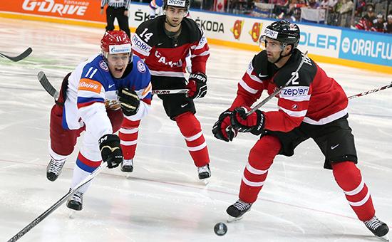 Игрок сборной России Евгений Малкин (слева)