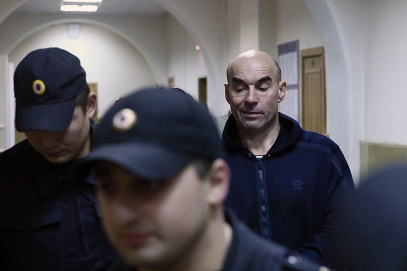 Предприниматель Валерий Веселов (справа) перед рассмотрением ходатайства следствия об аресте по делу об организации преступного сообщества и мошенничестве в Басманном суде