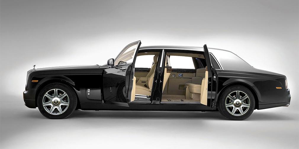 Некоторые считают седьмым поколением три «Фантома», построенные в 1990-х для султана Брунея. Новый Phantom был создан на собственной платформе с легкосплавным силовым каркасом и кузовными панелями из алюминия и композита. Автомобиль оснастили старомодными распашными дверями для задних пассажиров и статусным V12 объемом 6,75 л и мощностью 460 лошадиных сил.