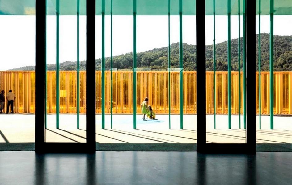 Для поддержания естественного освещения архитекторы применили панорамное остекление