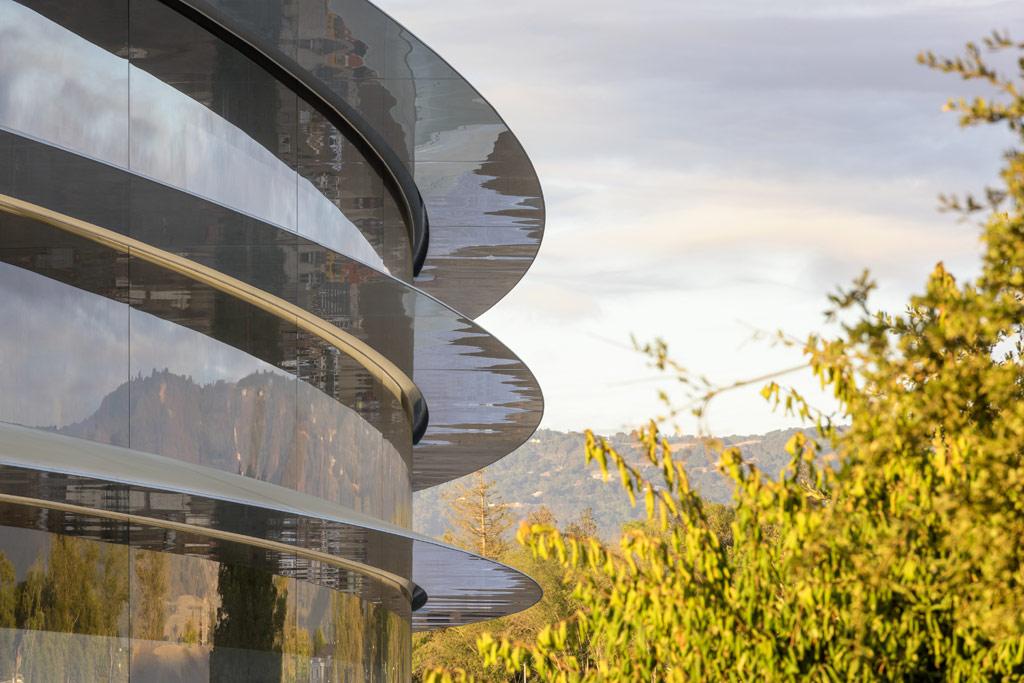 В Apple отмечают, что здание спроектировано так, чтобы стать максимально комфортным для сотрудников: стеклянные стены гарантируют максимум естественного освещения, а конструкционные особенности позволяют зданию не нуждаться в искусственном обогреве или охлаждении в любое время года, кроме зимы