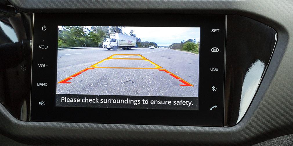 Камера заднего вида установлена низко и дает изображение с неподвижной графикой подсказок.