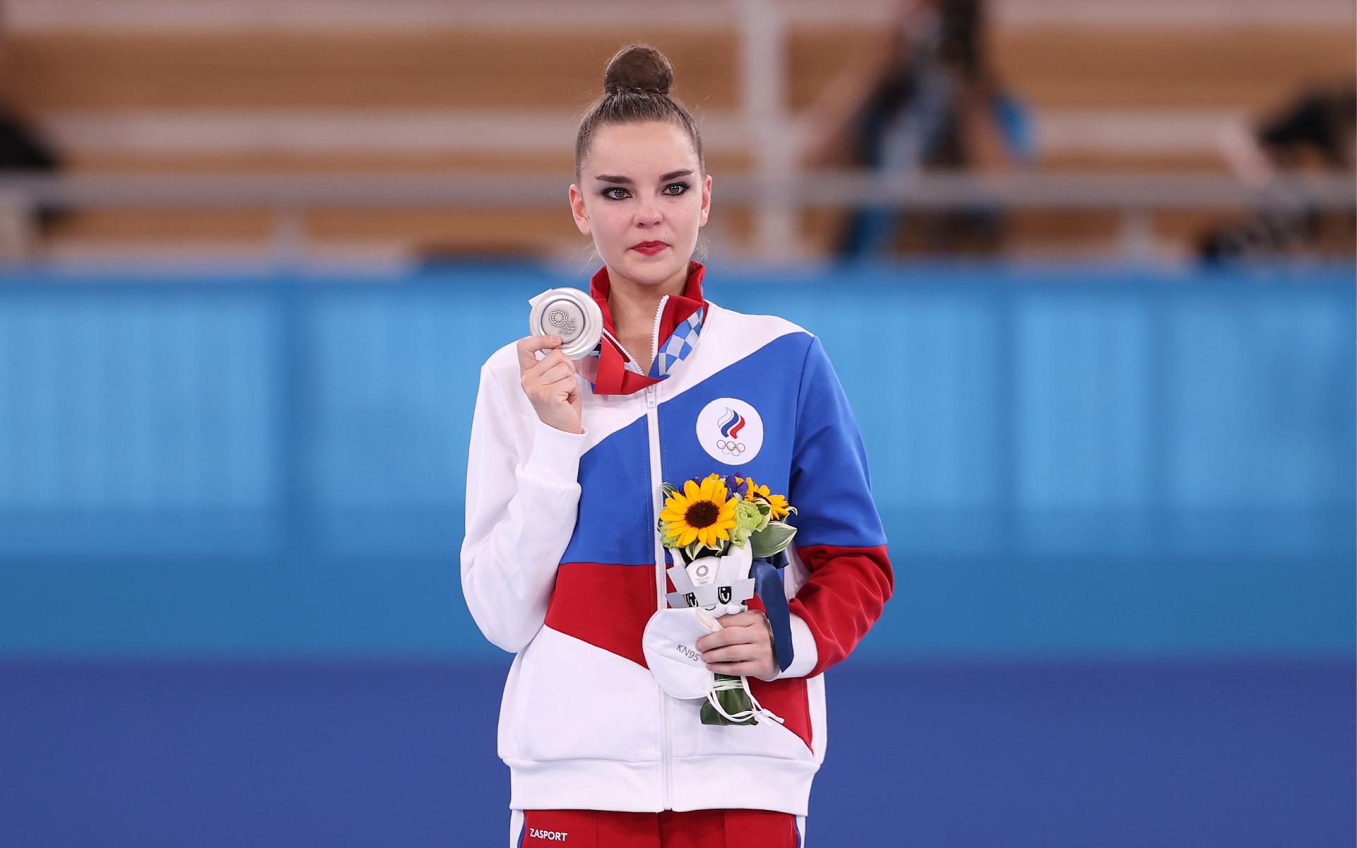 Фото: Дина Аверина с серебряной медалью (Getty Images)