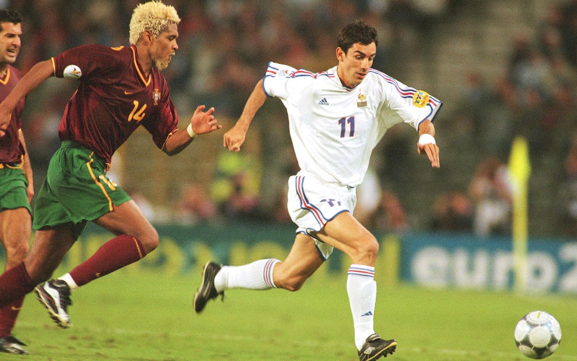 Фото: Робер Пирес (Франция) и Абель Шавьер (Португалия) на Евро-2000 (Photo by Henri Szwarc/Bongarts/Getty Images)