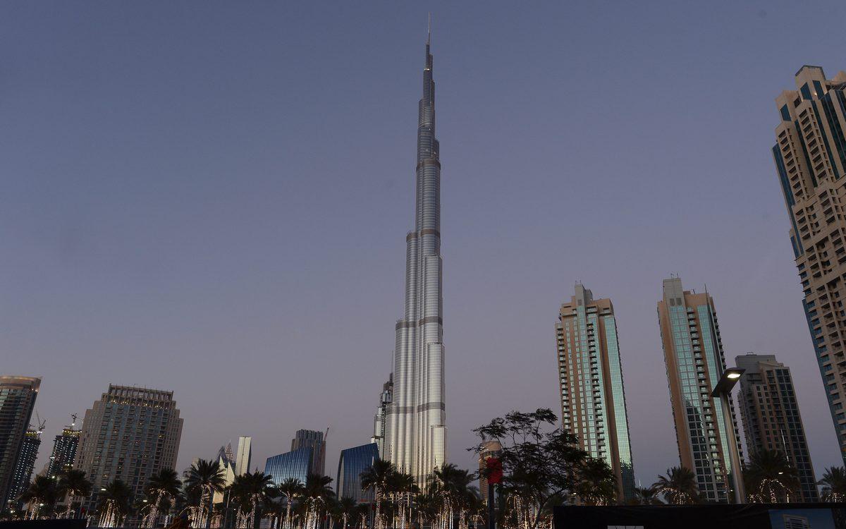 17–19. «Бурдж-Халифа»   Дубай, Объединенные Арабские Эмираты Стоимость строительства: $1,5 млрд     «Бурдж-Халифа» — самое высокое сооружение в истории человечества. Высота небоскреба составляет 828 м, внутри расположены 163 этажа офисов, гостиничных номеров и частных квартир. На верхних ярусах оборудованы несколько смотровых площадок.